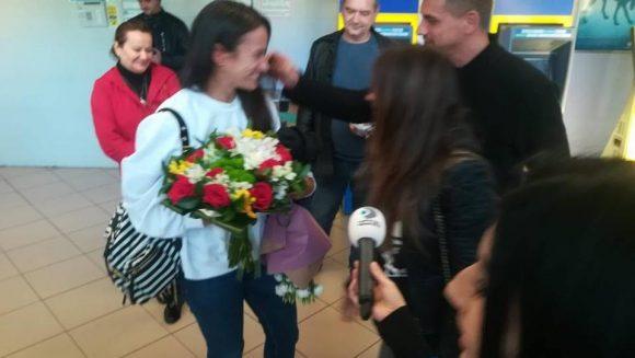 Primele imagini cu Ana Georgescu la sosirea in Romania! Cine a asteptat-o pe Faimoasa la aeroport